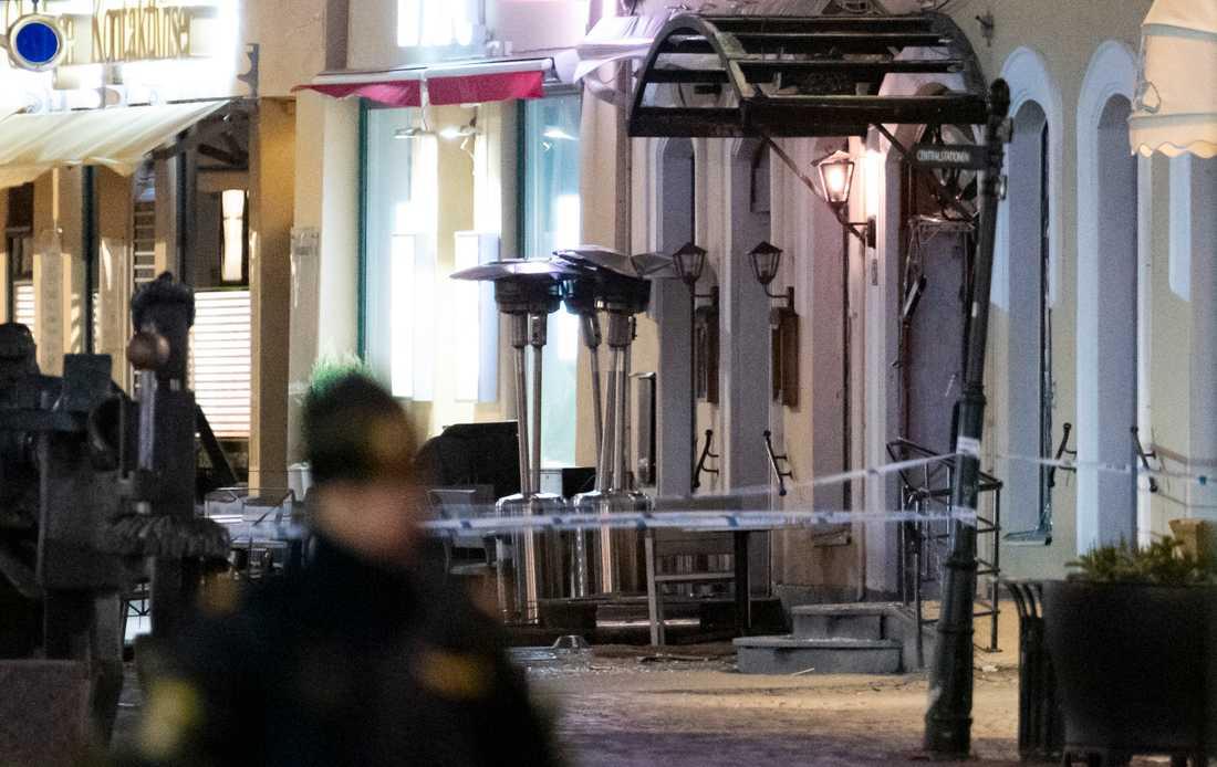 Avspärrningar kring en nattklubb på Stortorget i Malmö efter en detonation natten till måndag.