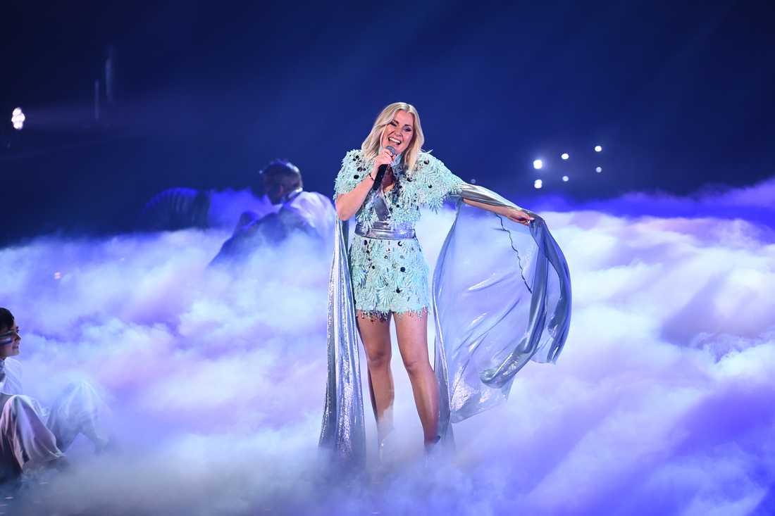 """Elisa Lindström i sina """"Frost""""-inspirerade scenkläder på scenen under Melodifestivalens genrep"""
