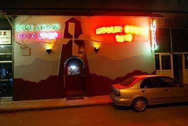 Moulin Rouge i Thessaloniki, ett av de etablissemang svenska KFOR-soldater besökt.
