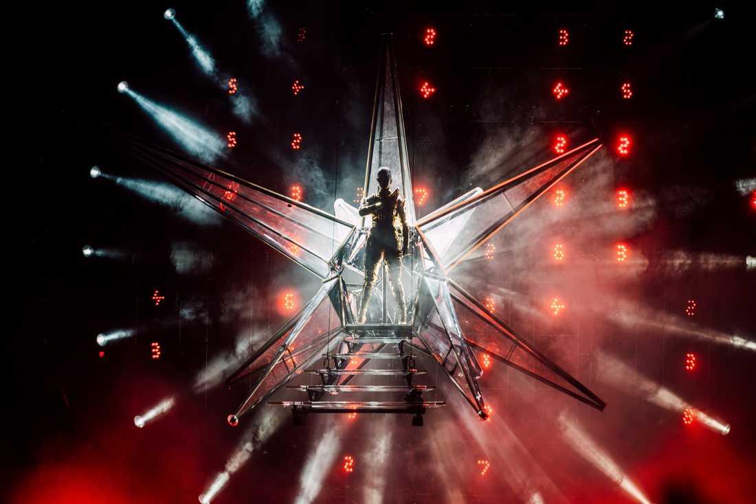 Katy Perry förvandlar Globen till sin egen galax när hon gör entré i ett rymdskepp.