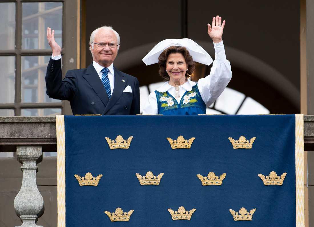 Kung Carl Gustaf och drottning Silvia på Logården vid Stockholms slott där kungen skickade en hälsning till svenska folket i samband med nationaldagen den 6 juni.