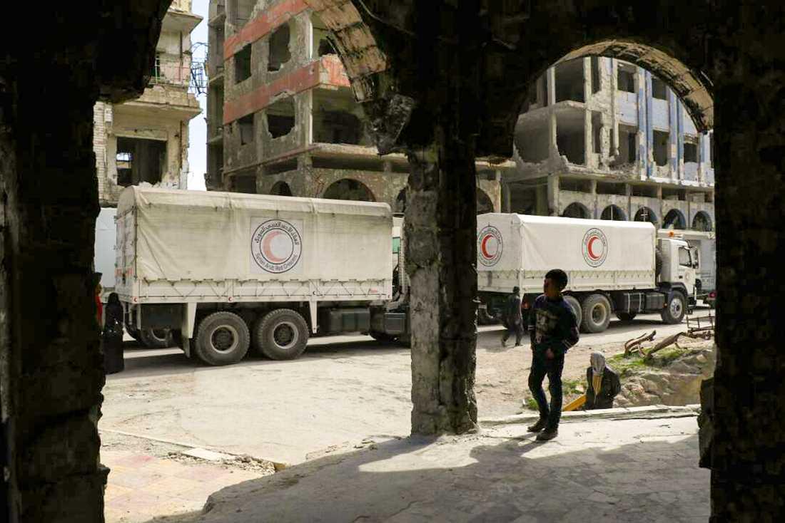 Lastbilar från syriska Röda halvmånen i den krigshärjade syriska staden Douma, nära huvudstaden Damaskus. 80 procent av Syriens befolkning lever i fattigdom, slår en rapport från Oxfam fast. Arkivbild.