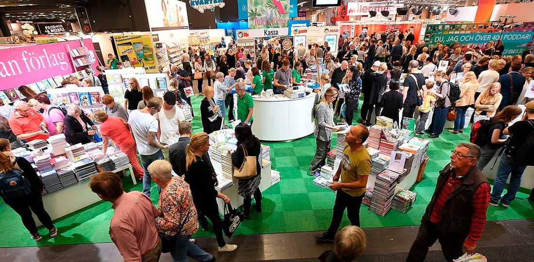 Fler än 200 författare bojkottar bokmässan i protest mot att den högerextrema tidningen Nya Tider får delta.