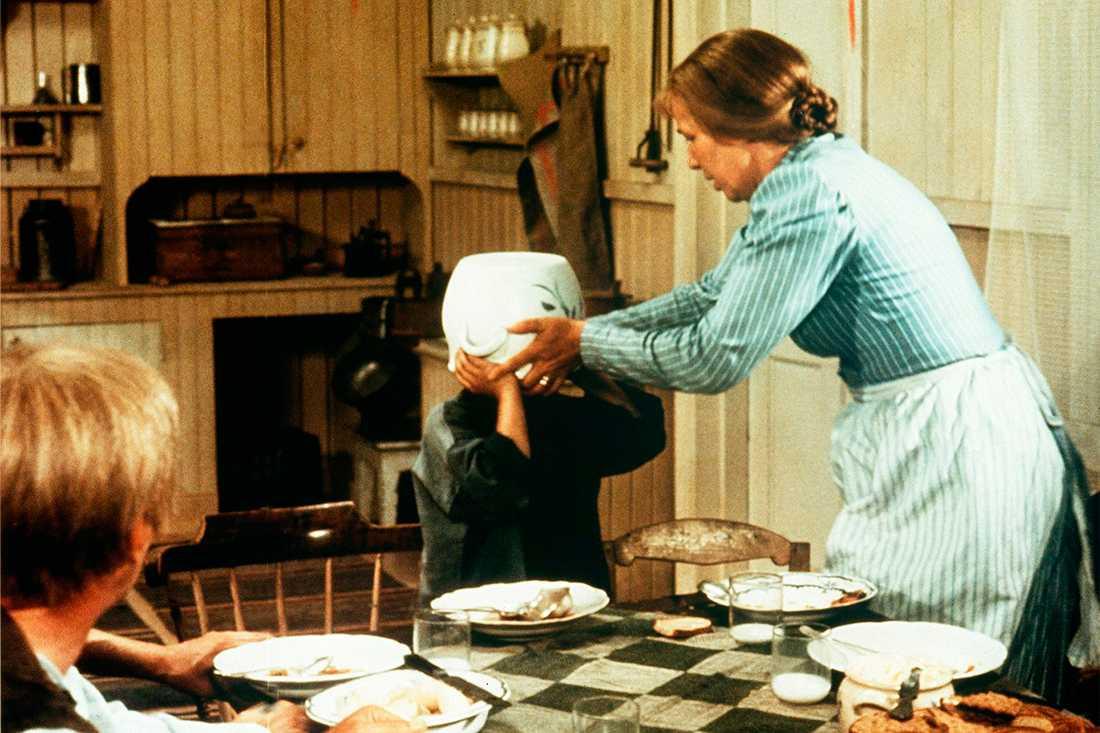 """En klassisk scen ur """"Emil i Lönneberga"""", där Emil – till mamma Almas stora förskräckelse – fastnar med huvudet i soppskålen."""