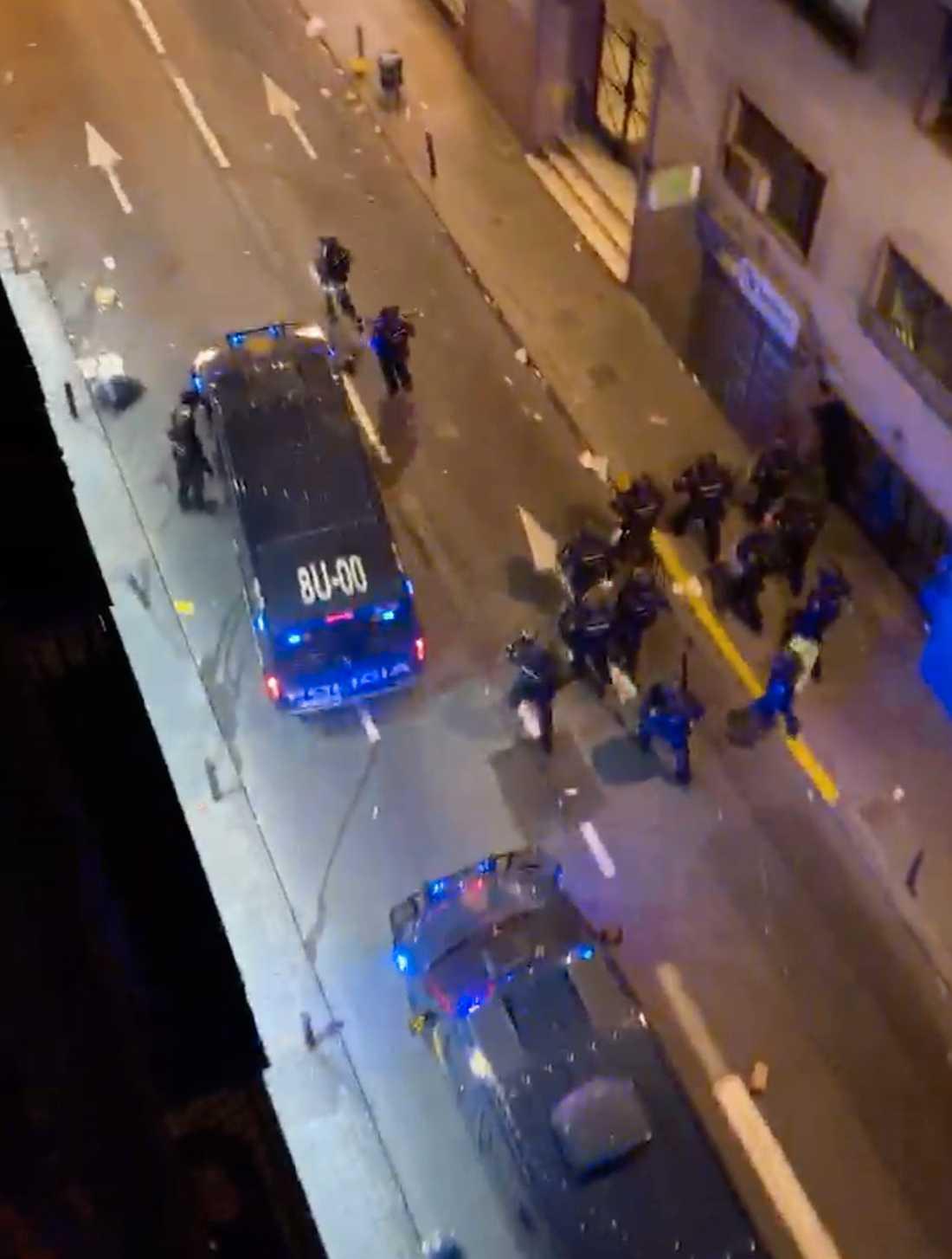 Polisbilarna står på rad på gatan utanför Mys och hennes vänner hotell.