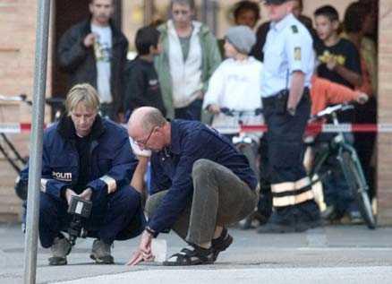brottsplatsen Polisens tekniker säkrar spår på gatan i Slagelse i Danmark där den 19-åriga nygifta flickan sköts ihjäl i september 2005. I går dömdes hela flickans familj för mordet.