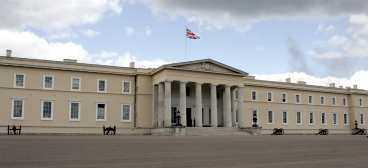 Här tog han sig in Prins Harry gör sin militärtjänst på Sandhurst skola. Det var där The Sun-reportern lyckades komma nära prinsen - med en låtsasbomb.