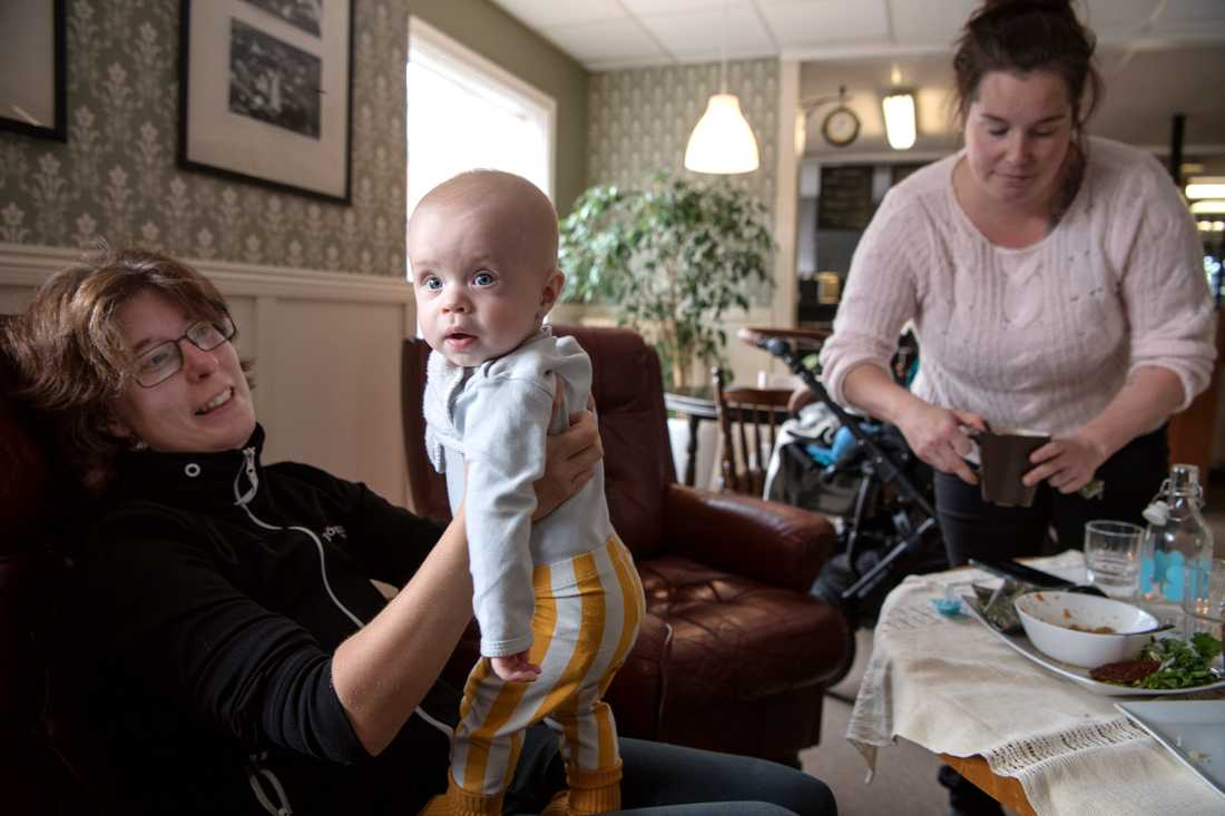 Maria Bertilsson, 35 och Evelina Eriksson-Ek, 32 (med sonen Frej) fikar på nyöppnade Guldbaggens café. De trivs bra i Bjurholm men är kritiska till att skolan ska spara in på elevassistenter, samt bristen på akutsjukvård.