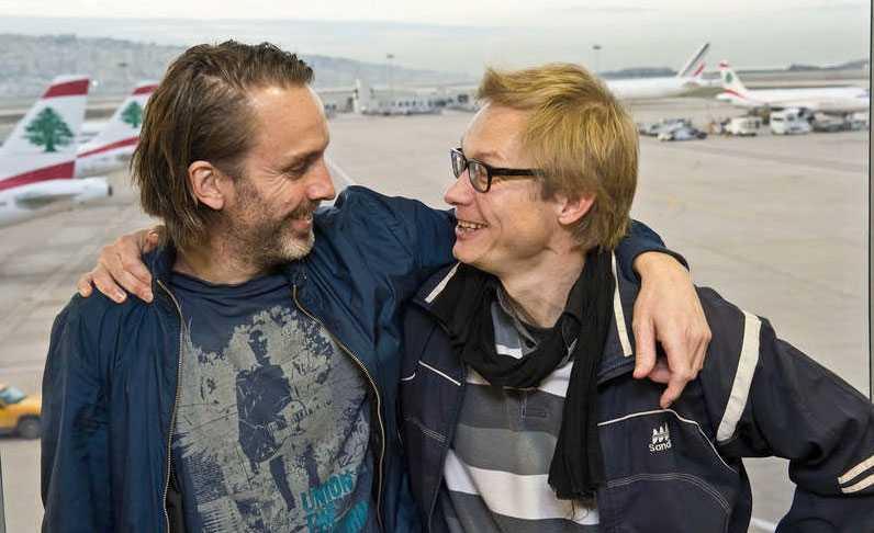 """Fria! Niclas Hammarström och Magnus Falkehed på väg hem efter kidnappardramat. Nu har de skrivit boken om hur de överlevde. """"Skärp Genèvekonventionerna så att det blir ett krigsbrott att kidnappa och döda journalister"""", skriver Martin Schibbye. Foto: Peter Wixtröm"""