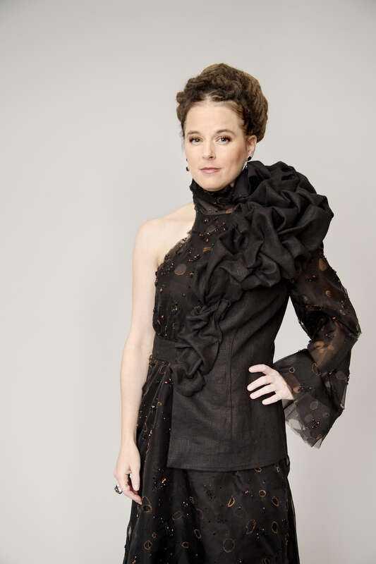 Kulturminister Amanda Linds klänning ska påminna om den brända regnskogen i Amazonas.