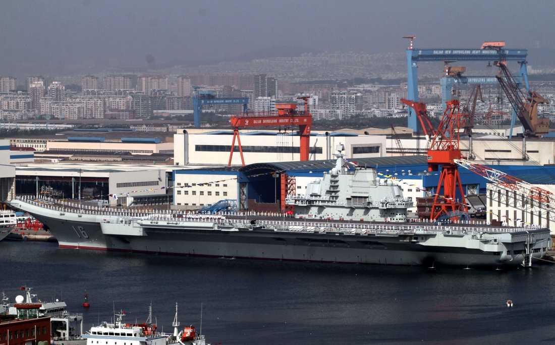 """KONKURRENT Tidigare har Kina visat upp sitt hangarfartyg """"Liaoning"""", som egentligen är ett sovjetiskt skepp döpt """"Varjag"""" som kineserna köpt från Ukraina och sedan renoverat. Kinas egentillverkade hangarfartyg väntas rulla ut under 2015."""