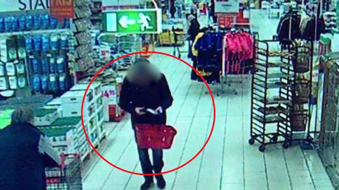 Här tar den misstänkte gärningsmannen upp kniven från affärens husgerådsavdelning ur sin förpackning.