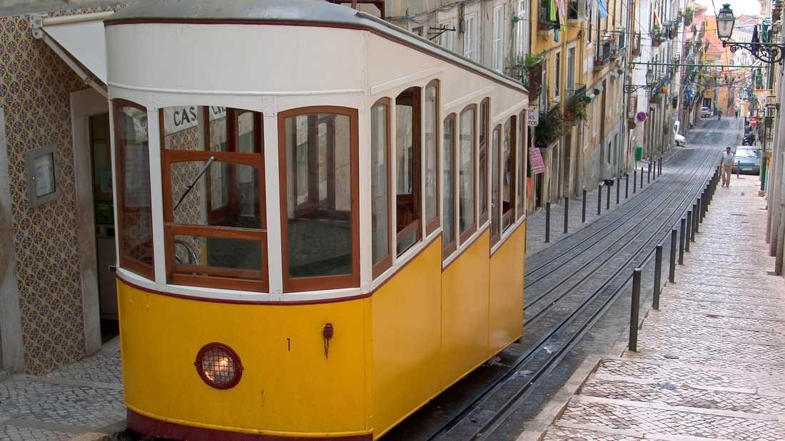 Spårvagnarna cirkulerar längst de snirkliga gränderna i Lissabons äldsta stadsdel Alfama.