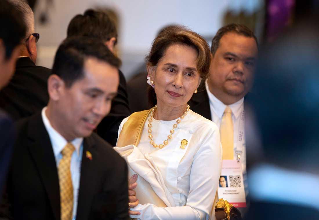Pressen på Myanmars ledare Aung San Suu Kyi ökar när landets militär nu trappar upp striderna i landets västra delstater, där man också släckt ner internet. Bilden är från ett möte med ledarna för länderna i Asean, 22 juni 2019.