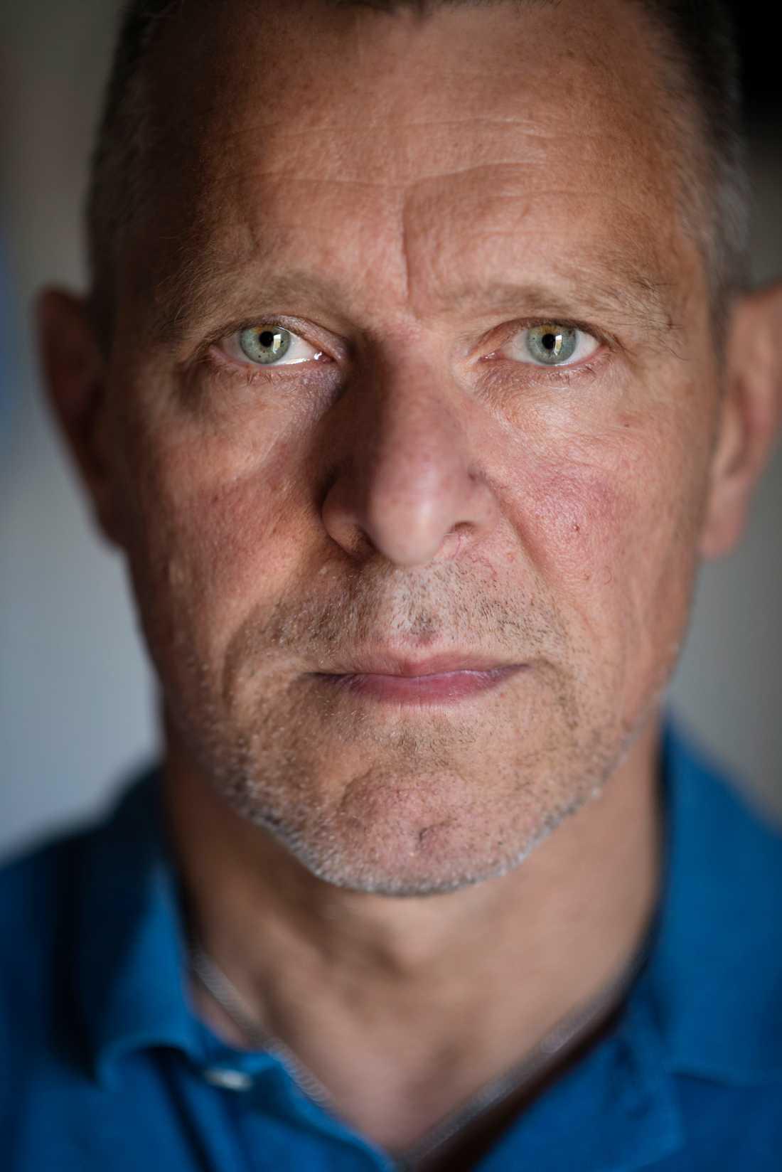 Johan Hellström var på ett fallskärmsevent i Slovenien när han fick ett SMS från en kollega på klubben om att höra av sig. Av tonen i meddelandet förstod han direkt att något inte stod rätt till.