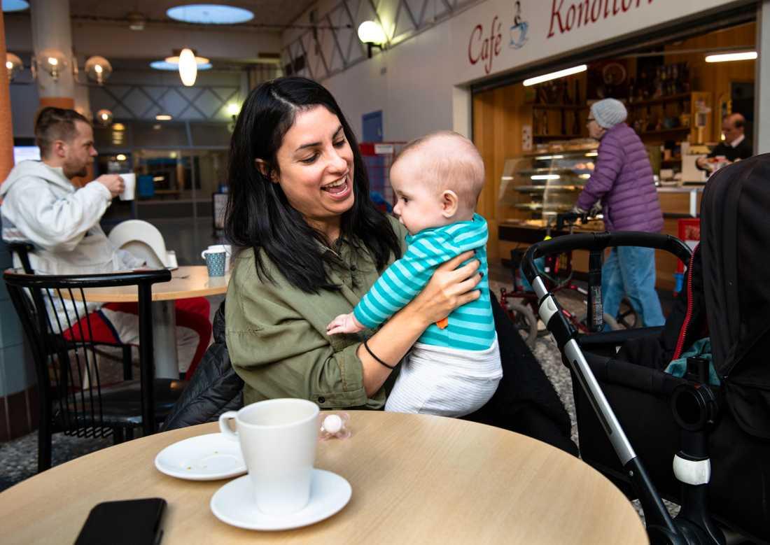 Nooshi Dadgostar med sin bebis.