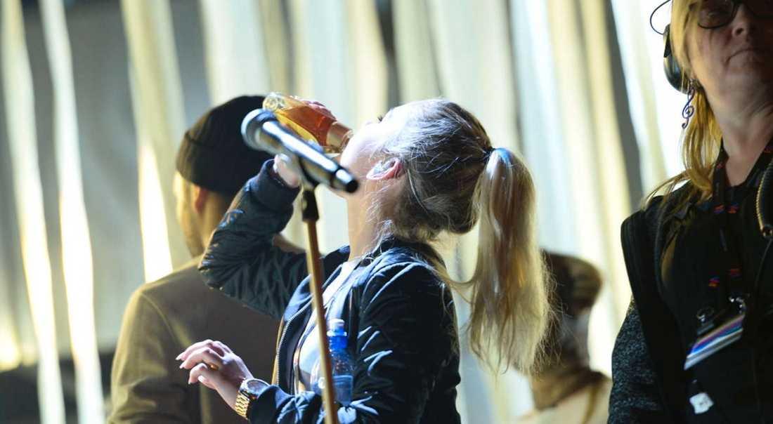 Lisa Ajax halsar honung i förebyggande syfte.