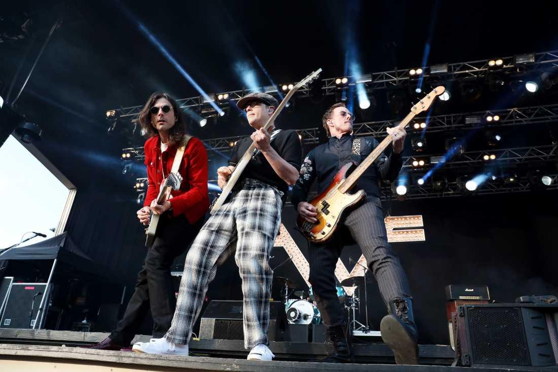 Brian Bell, Rivers Cuomo och Scott Shriner i Weezer tänder Grönan med gamla dängor.