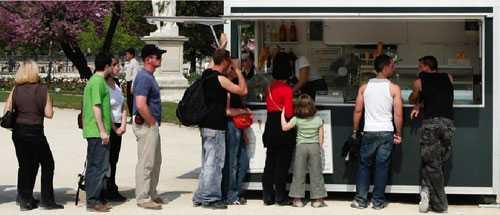 """GLASSIGT SOMMARJOBB Om mamma och pappa har kontakter kan man få sommarjobb, kanske rena drömjobbet i glasskiosken. Men många unga blir utan meningsfull sysselsättning under sommarlovet och för dem vill dagens debattörer ordna bland annat undervisning och praktik. """"Vi har inte råd att slarva bort ungdomars kraft"""", skriver de."""