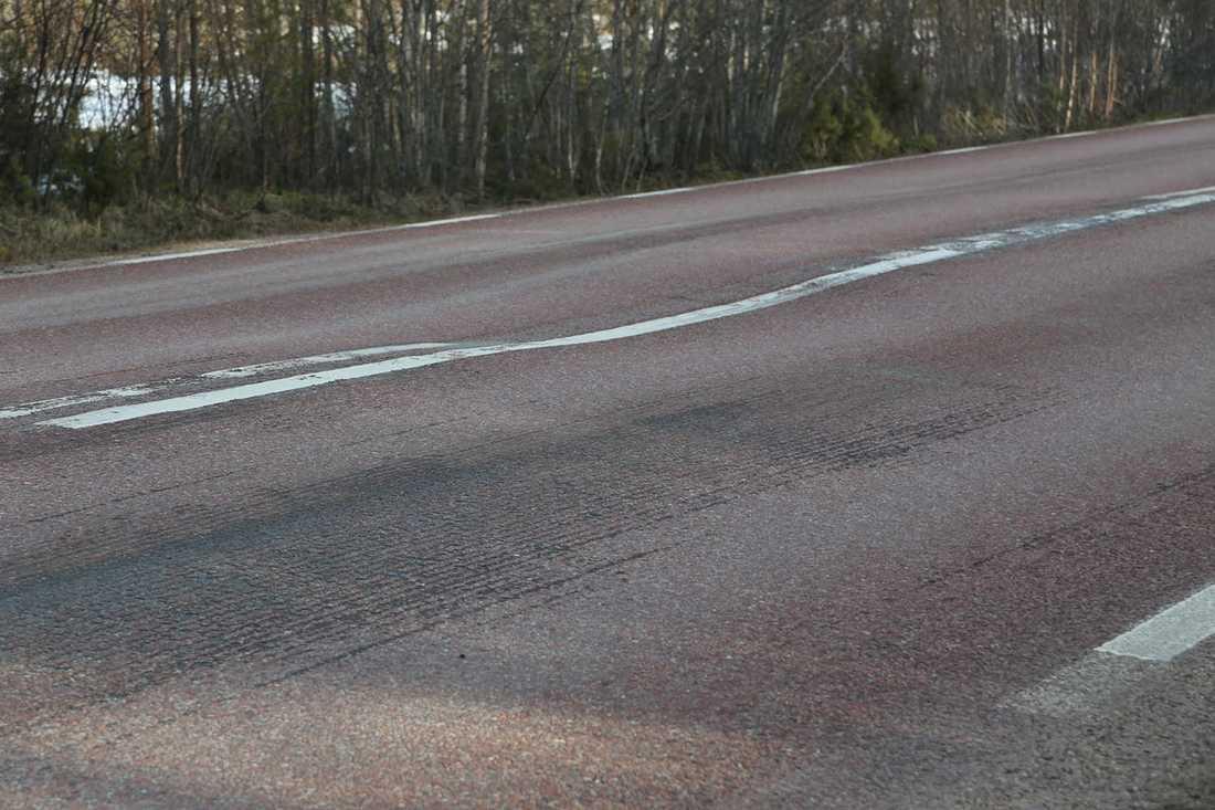 Ojämnheter i asfalten.