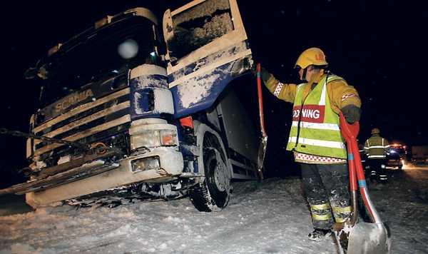 Lastbilarna hade stora problem i snön. I Ickholmen utanför Rättvik bogserades denna långtradare upp ur drivorna.