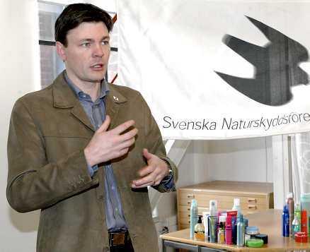 Varnar I Naturskyddsföreningens test av impregneringssprayer för skor och fritidskläder innehöll 11 av 13 farliga ämnen. Nu varnar ordförande Mikael Karlsson allmänheten för att använda sprayerna.