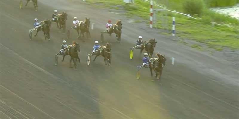 Här går Aramis Bar mot segern i Norrlands Grand Prix på Bergsåker. Segertiden blev 1.11,0 över 2 140 meter, nytt svenskt rekord och förstapriset var 250 000 kronor.