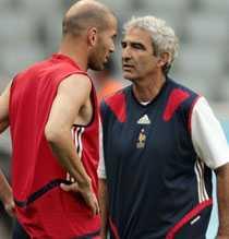 DUELLERNA Raymond Domenechs sätt att hantera stjärnorna är omdiskuterat. Zinedine Zidane ska ha mycket att säga till om.