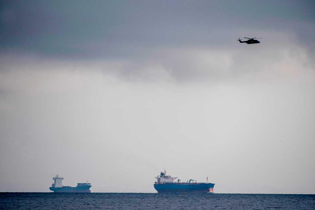 En helikopter syns över Köpenhamn i jakten på världen största privata ubåt på fredagsförmiddagen.