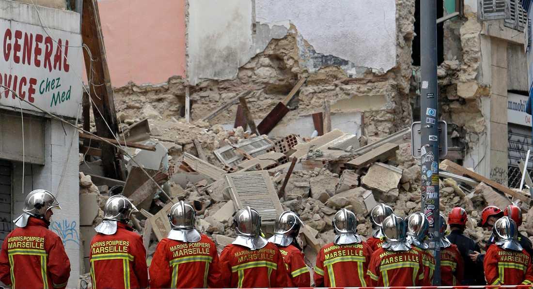 Räddningsarbetare på den gata i Marseille i södra Frankrike där tre byggnader kollapsade i måndags.