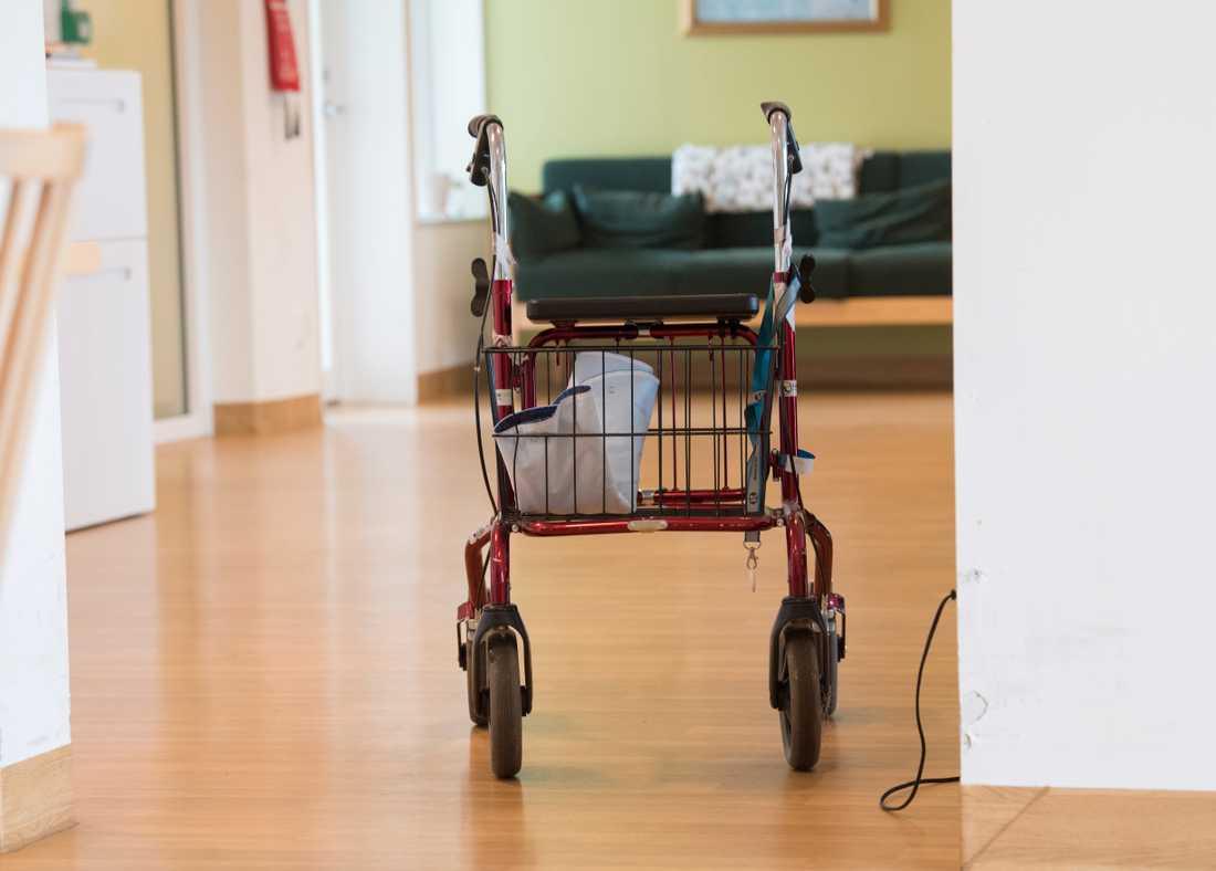 Huvudskyddsombudet på äldreboendet Serafen i Stockholm lade under tisdagen ett skyddsstopp på arbete utan munskydd med covid-19-patienter. Arkivbild.