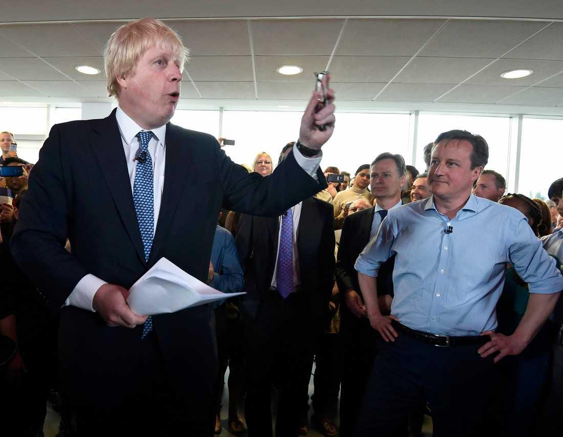 """Efter veckors ordkrig går Storbritannien i dag till val. Och under röstningen hackades David Camerons (t.h) Wikipedia-sida. Besökare fick se rivalen Ed Milibands ansikte – och budskapet """"Rösta Labour""""."""