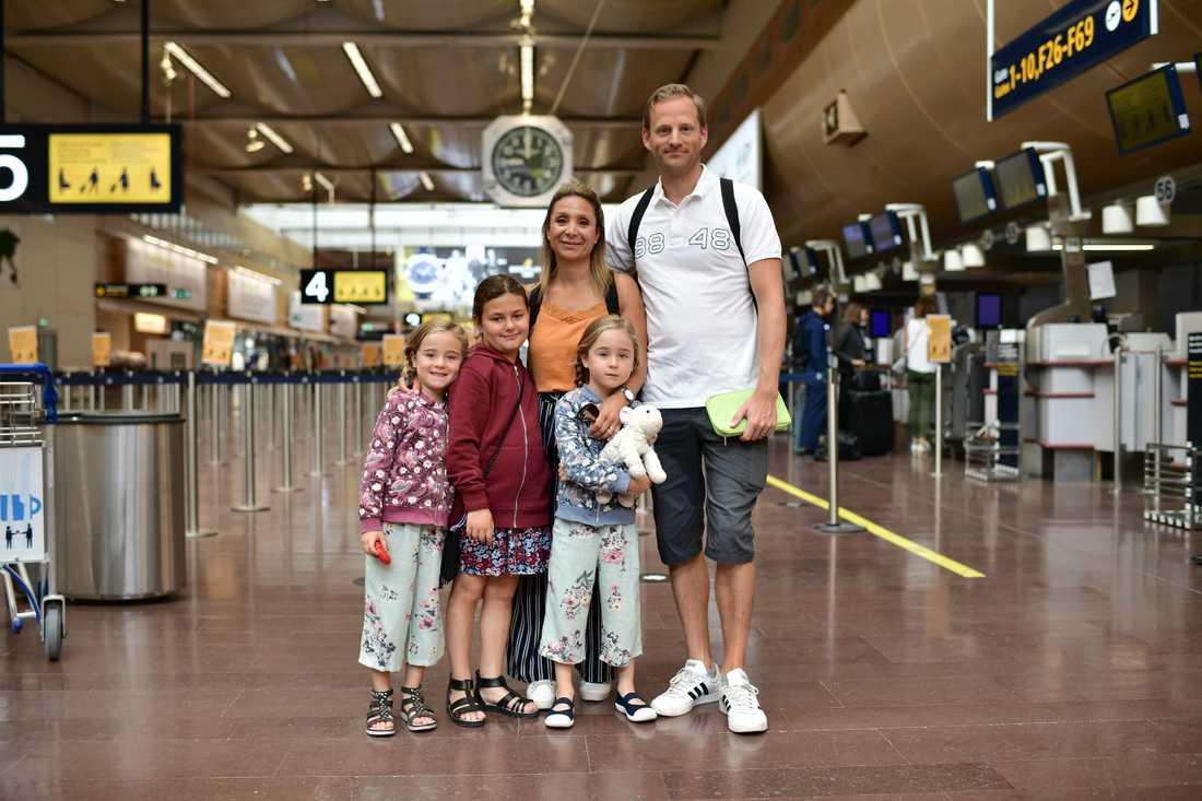 Charterresenärer vid incheckningen på Arlanda flygplats. På bilden: Jessica Svensson, Henrik Svensson, Ida (lila tröja), 6, Molly (blå tröja), 6, Leia, 8.