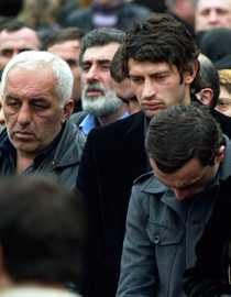 Kaladze i tårar under sin brors begravning.