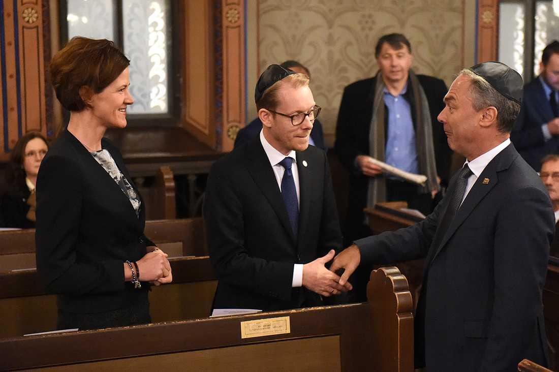 M-ledaren Anna Kinberg Batra, Tobias Billström (M) och folkpartiledaren Jan Björklund i Stockholms synagoga.