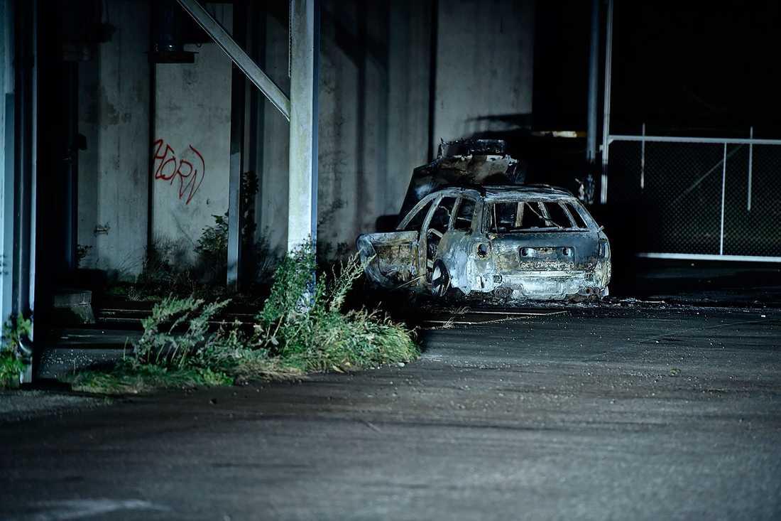 Utbränd bil som tros vara rånarnas flyktbil.