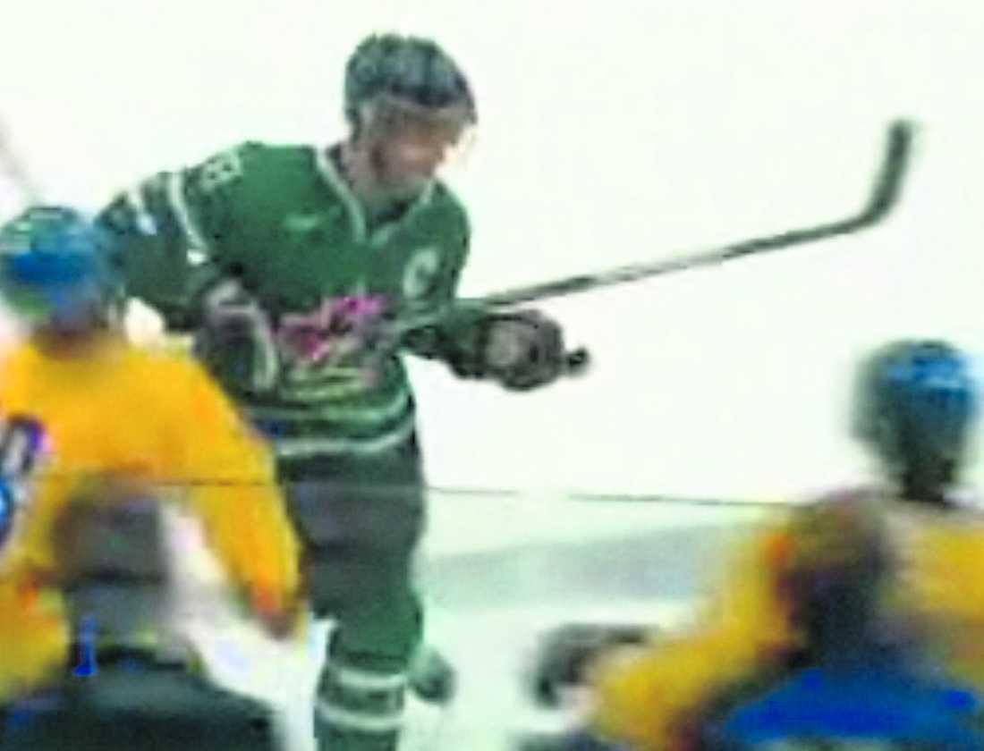 ... lyfter kanadensaren upp armbågen och slår till rakt över Rödins ansikte. Svensken däckar och blir liggande på isen ett tag innan han tar sig tillbaka till båset. Domarna låter spelet fortsätta utan att Cormier blir utvisad.
