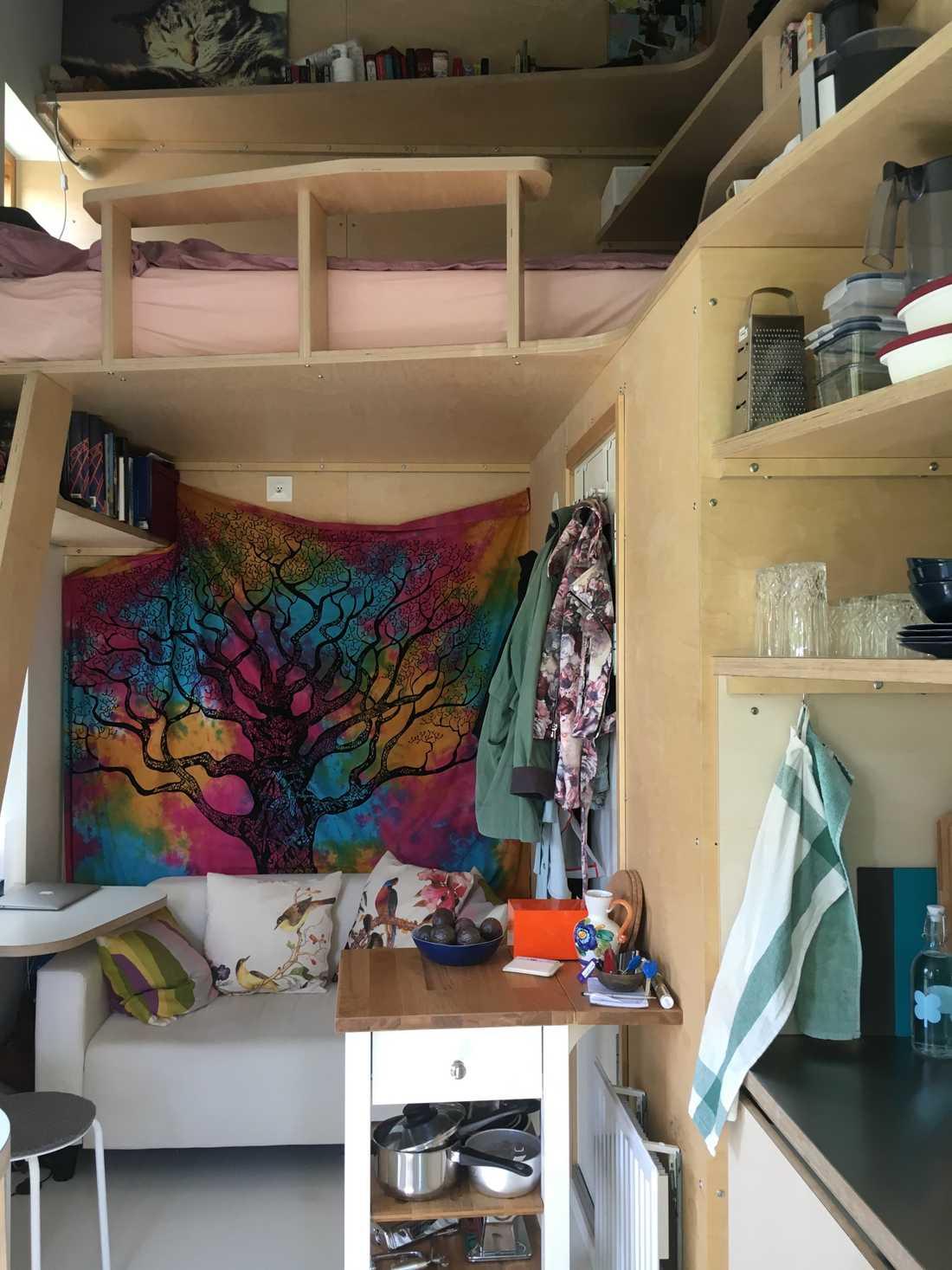 Ovanför vardagsrummet är Nicolines loftsäng.