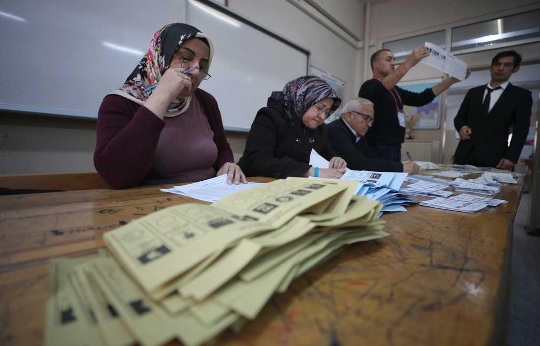 Maktpartiet AKP vill att lokalvalet den 31 mars görs om eftersom man anser att det förekommit oegentligheter. Arkivbild från en vallokal i Istanbul i mars.