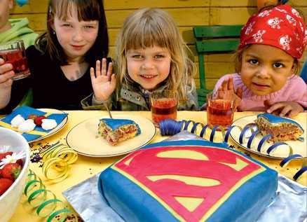 Julia, Lova och Malva Lo fick provsmaka den färgglada Supermantårtan.