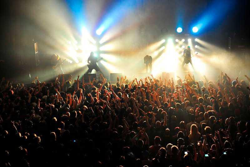 Byter ut bomberna  In Flames satsar mer på en intimare stämning och mindre på bomber i turnépremiären. Publikfavoriter spelas, men även mer udda nummer, vilket skapar en speciell dynamik. Det är lätt att tro Anders Fridén när han säger att bandet längtat efter turnén.Foto