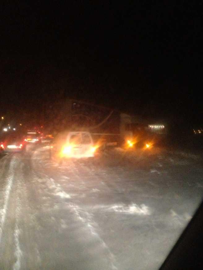 En lastbil tappade greppet och blev stående på E4 i höjd med Vetlanda.