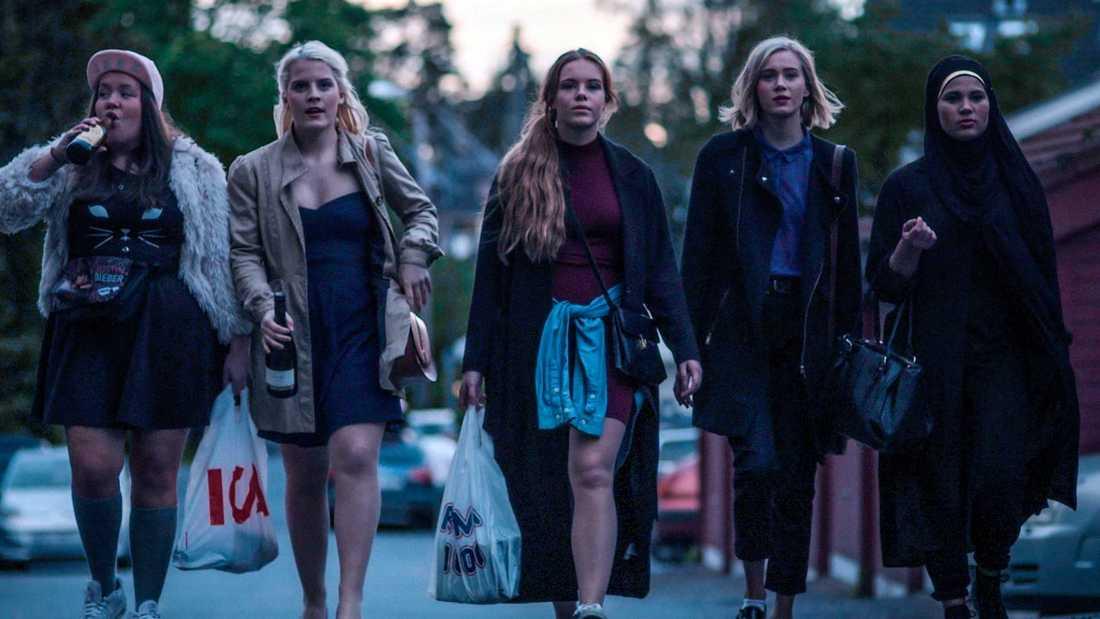 Chris (Ina Svenningsdal), Vilde (Ulrikke Falch), Eva (Lisa Teige), Noora (Josefine Frida Pettersen) och Sana (Iman Meskini).