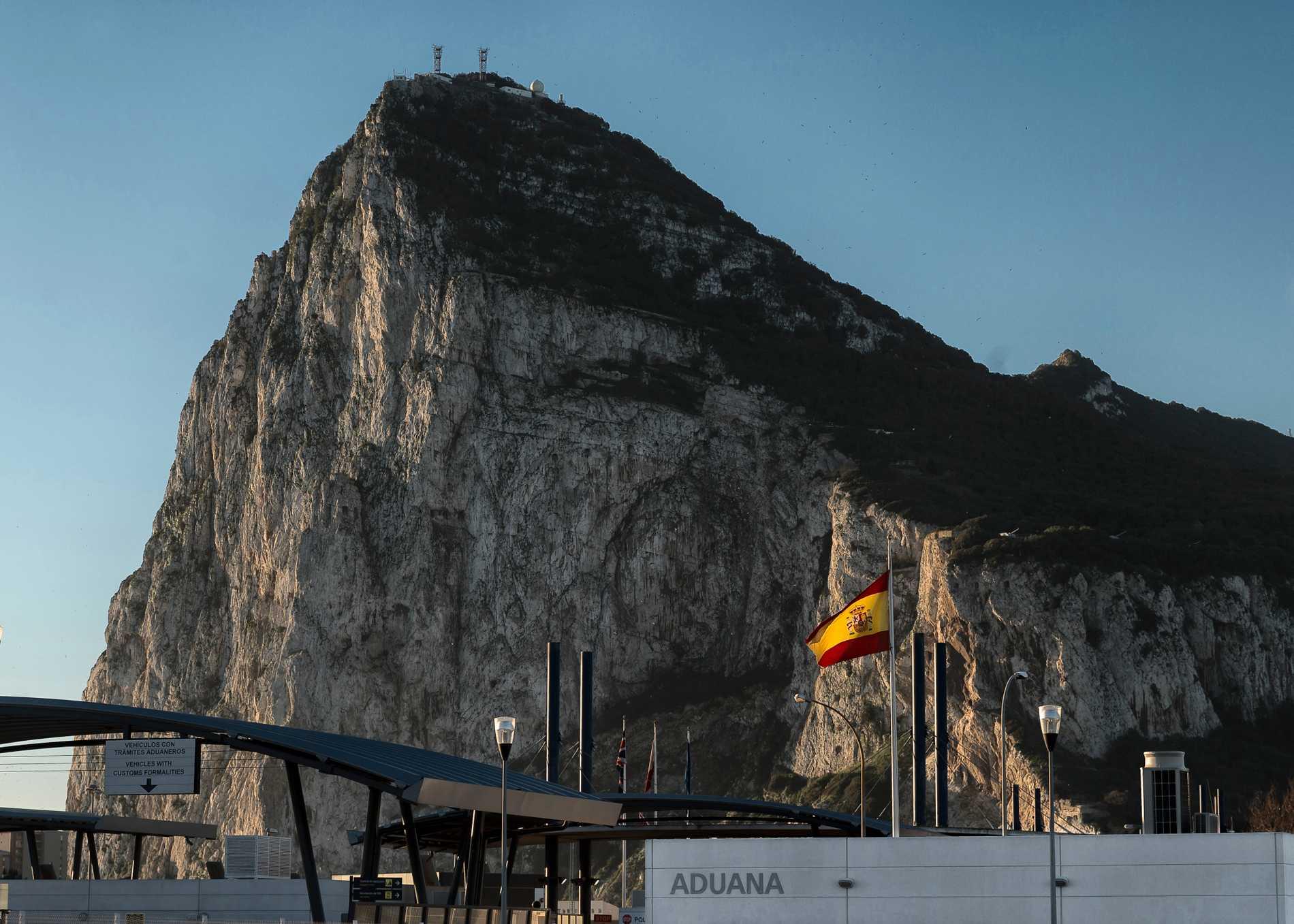 Spanska tullens lokaler i gränsstaden La Línea de la Concepción, med Gibraltar i bakgrunden. Arkivbild.