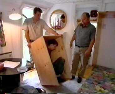 I STUGAN Inne i stugan dras Erik ut ur lådan. Kidnapparna säger åt honom att sätta sig på sängen.