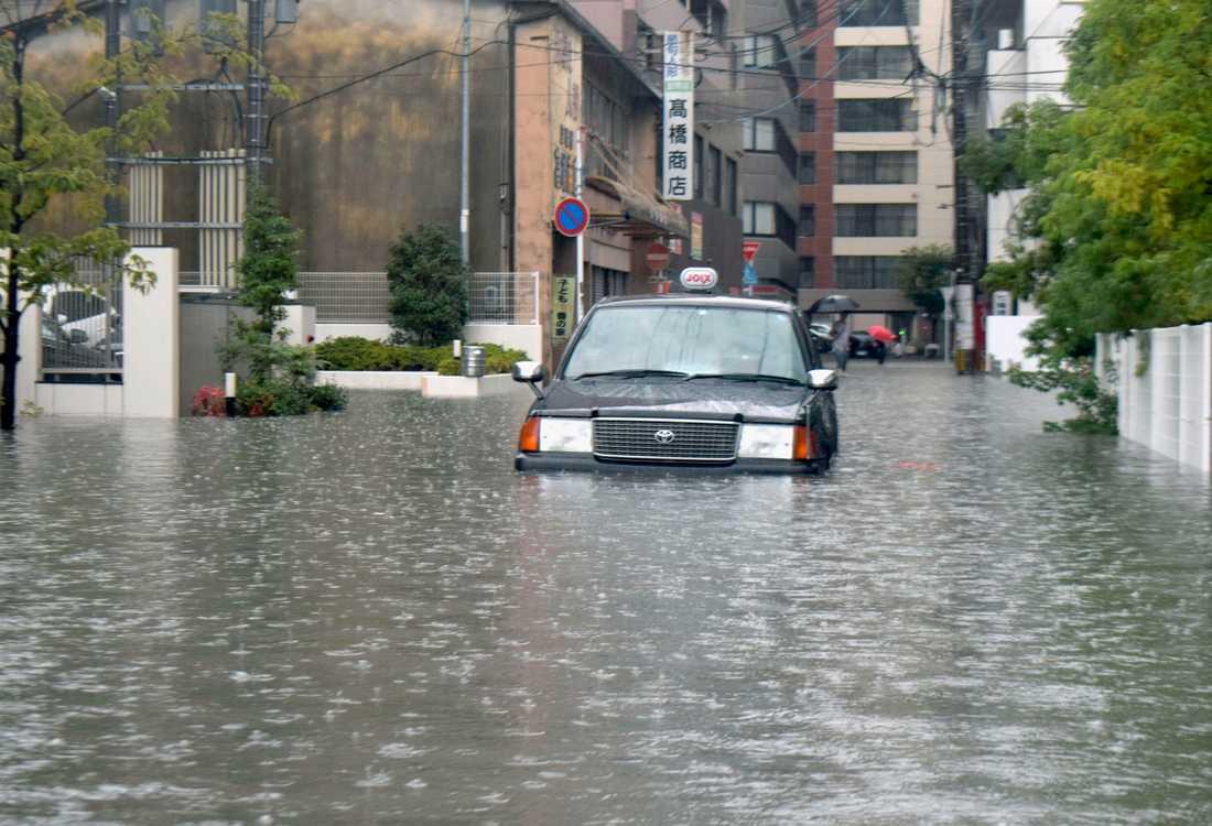 En översvämmad gata i Saga i sydvästra Japan.