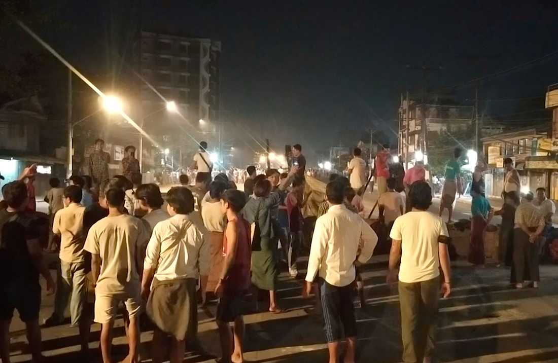 Människor trotsar det nattliga utegångsförbudet i Rangoon för att visa sitt stöd för omkring 200 studenter som fångats in av säkerhetsstyrkor i ett bostadsområde under natten.