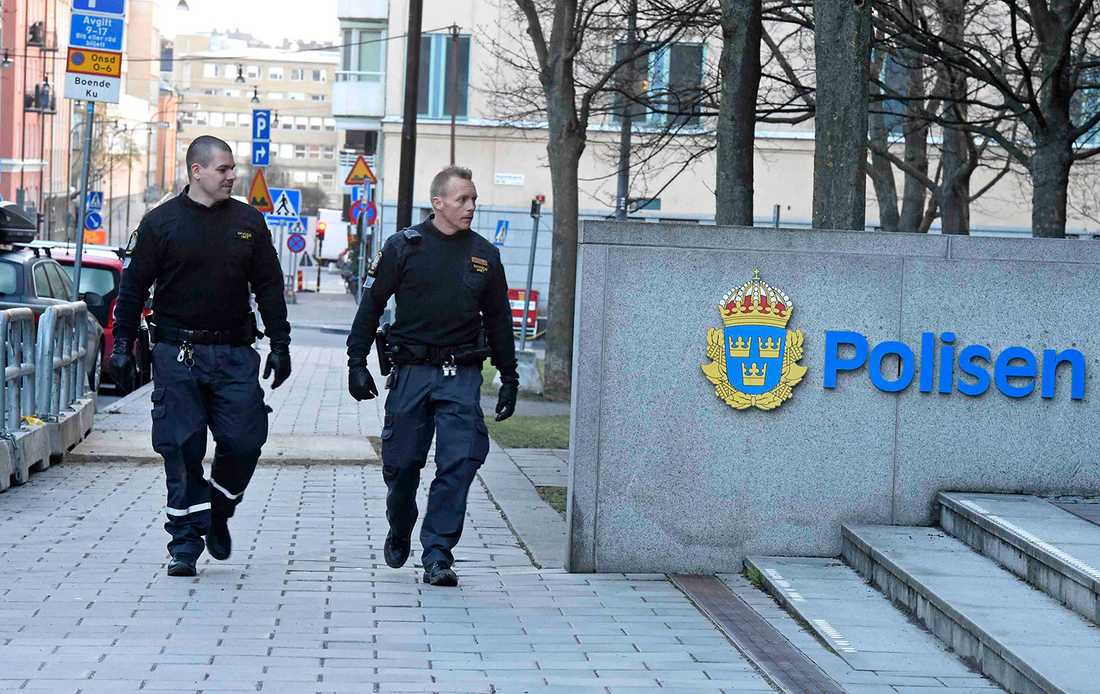 Säkerhetsvakter utanför polishuset på Kungsholmen.