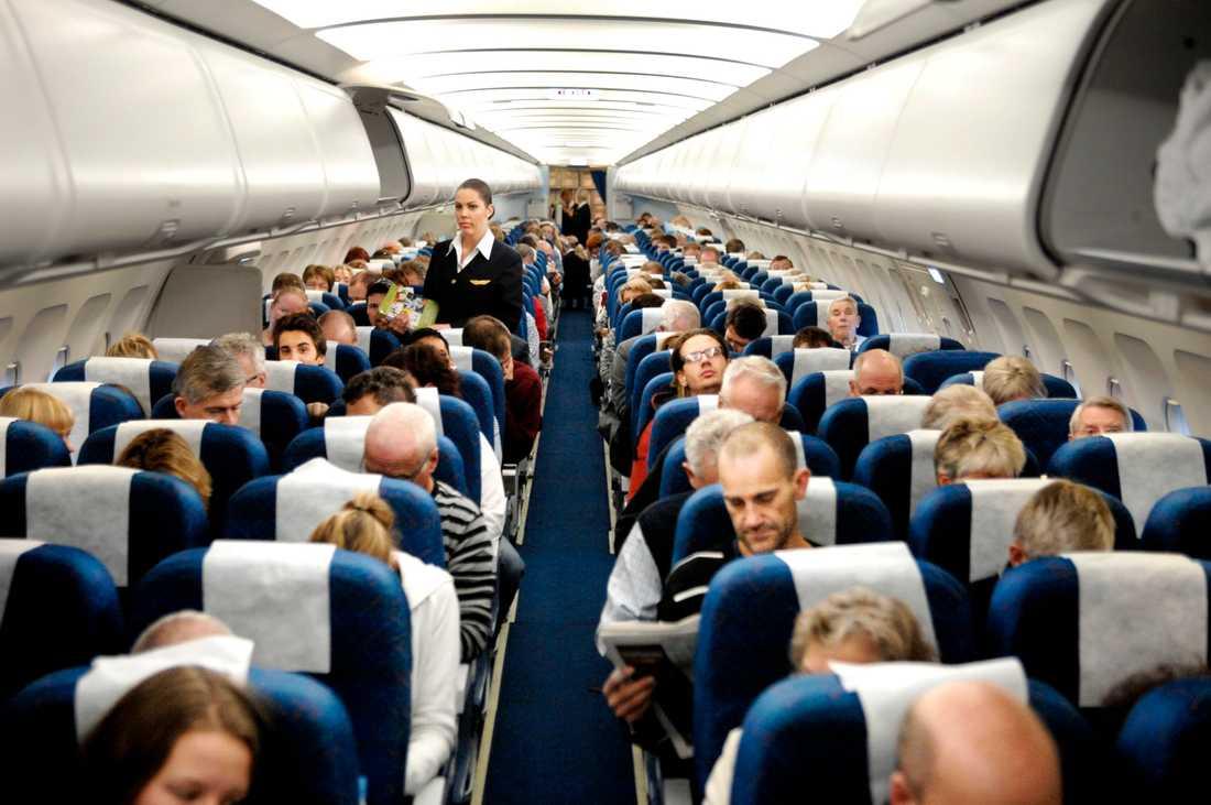 Resenärer ombord flygplan. Arkivbild.