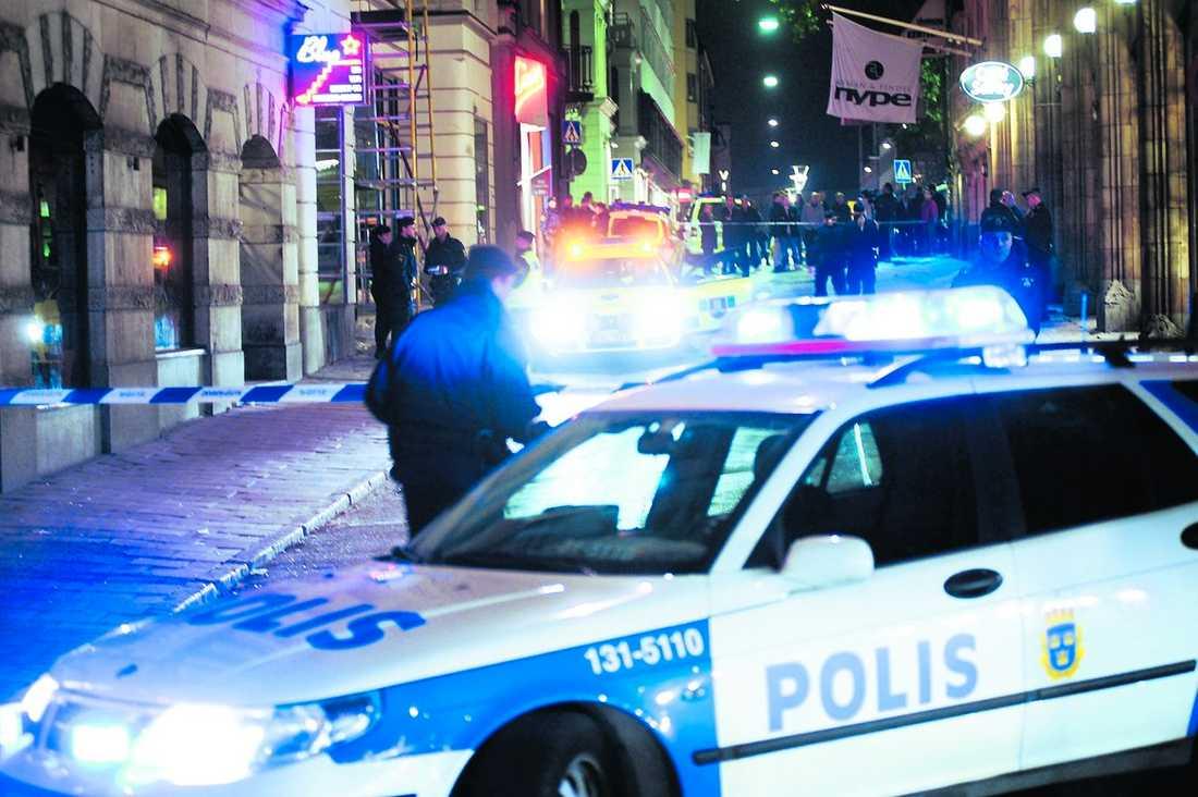 Poliser på plats vid strippklubben Blue Star där en 58-åring sköts med automatvapen i fredags.